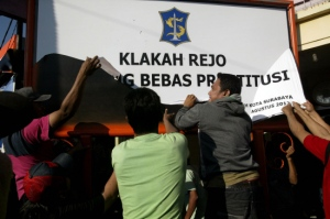 Indonesian protesters tear down insulting sign