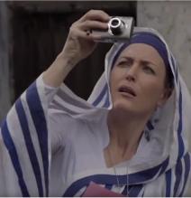 Gillian Anderson looking stupid again